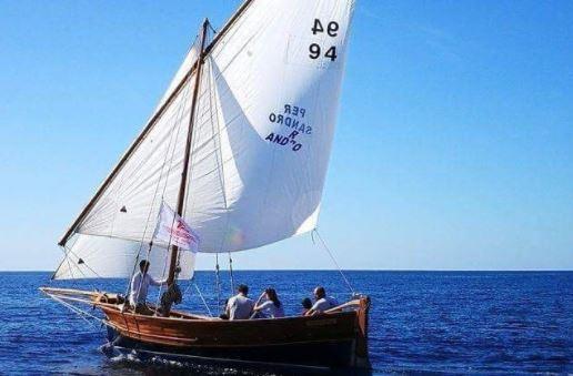 A scuola di vela latina al Centro Velico Caprera