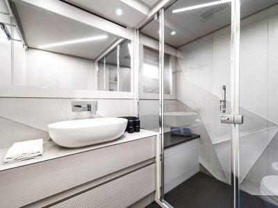 Pershing 7X, master bathroom